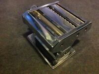 TABLE TOP PASTA MAKER, CHROME PLATED STAINLESS STEEL. 7 thicknesses, 2 cutters, 3 varieties pasta