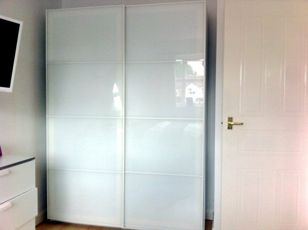 white ikea pax wardrobe with farvik white sliding doors. Black Bedroom Furniture Sets. Home Design Ideas