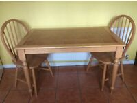 Excellent condition kitchen table & 2 chairs
