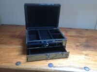 Lovely mirrored jewelery box. Excellent condition