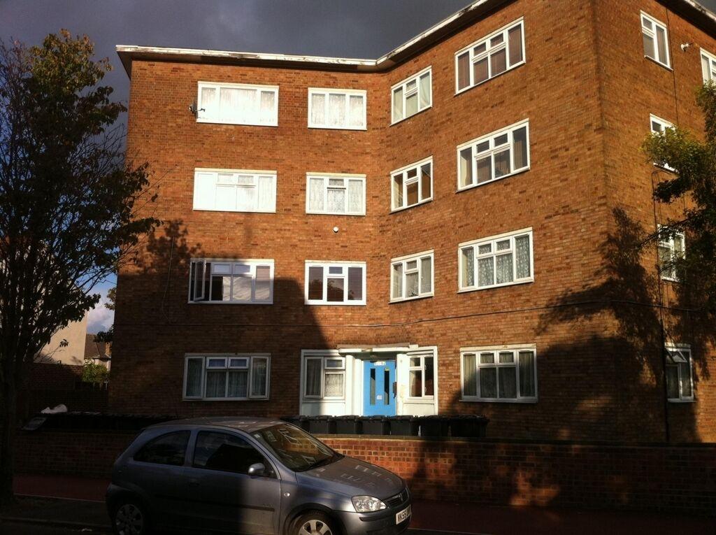 2 bedroom flat in Bradfield Drive, Barking, IG11