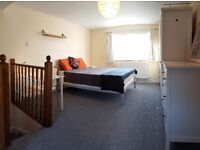 Very Large Double room in friendly house share close to transport in Central Croydon