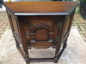 OLD CHARM / JAYCEE CANTED PEDESTAL / TELEPHONE CABINET / TABLE DARK OAK HALL CUPBOARD