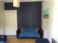 Bright and well presented 2 bedroom fully furnished flat.