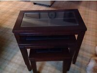 Nest of 3 tables, glass top, mahogany wood