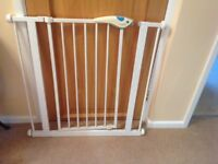 BABY/PUPPY GATE - NO SCREWS INTO YOUR WOODWORK - EASY TO USE