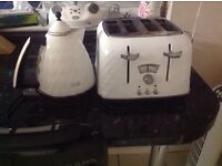 Delongi cream 4 slice toaster and kettle