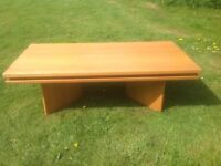 Oak coffee Table. In solid light oak wood. Large, good condition.