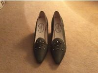 Rainbow Club Silk Ladies Olive Green shoes. Size 4. Never Worn