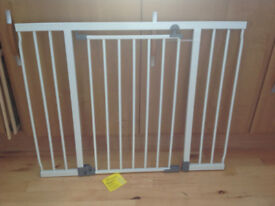 DREAMBABY LIBERTY EXTRAWIDE STAIRGATE. Used once to keep puppy downstairs! Perfect condition. White