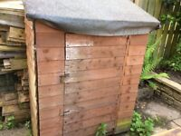 Small Garden shed and approx 30ft of fencing plus gate