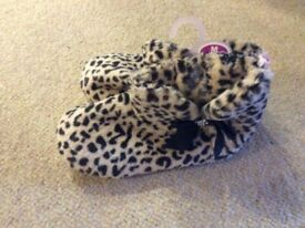 NEW Ladies Medium size 5-6 slippers