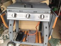 Gas BBQ extending sides. Bottle included