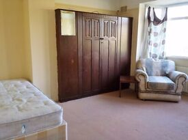 Headington large double bedroom available on 26th January to a single professional or student