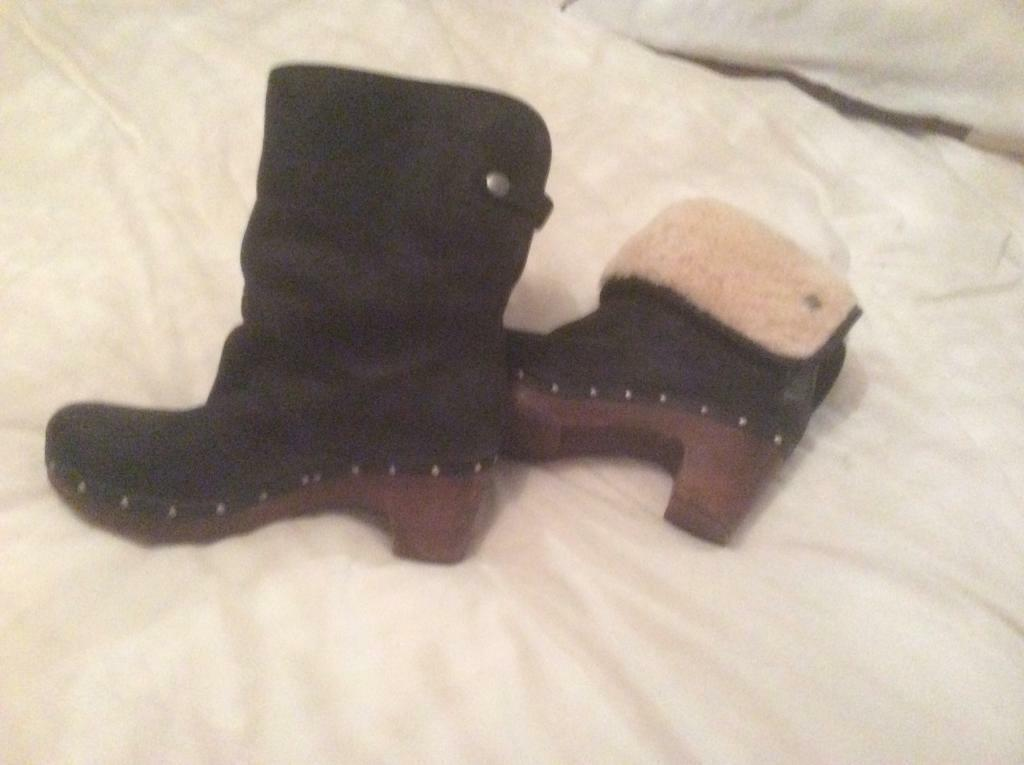 1a5ad491dbf Ugg Lynnea Black nubuck leather and sheepskin clog boot RRP £245 worn once  NEW PRICE £75 7.5(uk) | in Cleethorpes, Lincolnshire | Gumtree