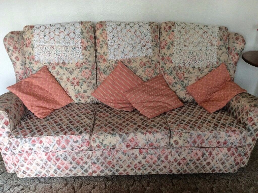 Three seater settee in very good, clean condition