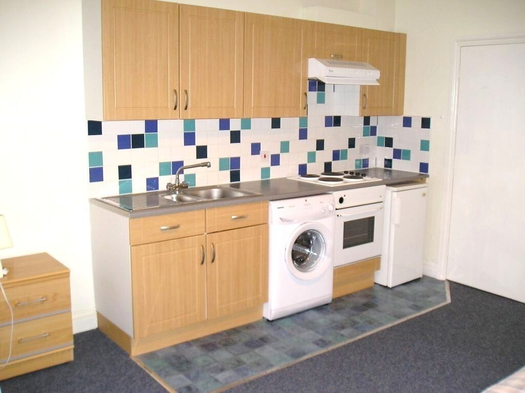 SPACIOUS BRIGHT GROUND FLOOR STUDIO FLAT NEAR ZONE 2 NIGHT TUBE, 24 HOUR BUSES, SHOPS & SUPERMARKETS