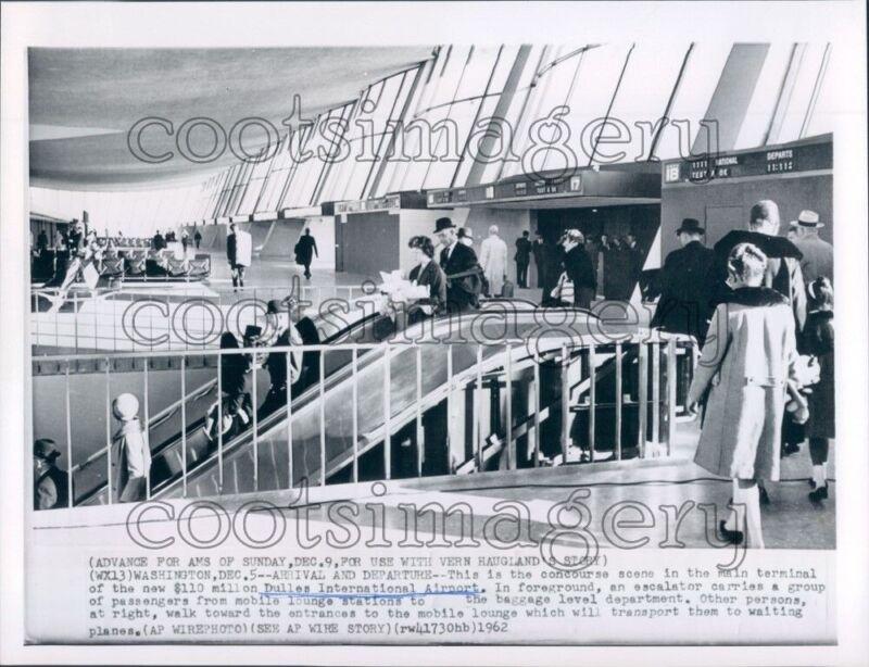 1962 Press Photo Travelers Use Escalators Main Terminal Dulles Airport 1960s