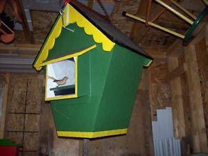 Plusieurs mangeoires et cabanes à oiseaux