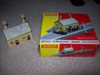 HORNBY BOXED STATION AND BUILDINGS AND 3 GRASS HILLS AND TRACK LAYOUT MAT + OTHER BITS FOR TRAIN SET