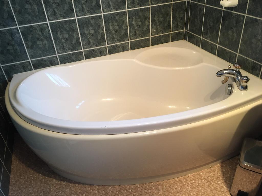 Ivory corner bath & sink