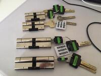 Anti-snap locks x 4, two in each size - Collection only S35