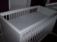 MAMAS & PAPAS WHITE COT BED & ZEDDY & PARSNIP NURSERY SET INC CURTAINS & FREE MATTRESS INC