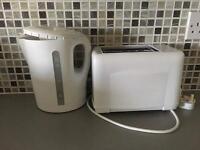 White kettle / toaster