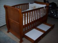 STUNNING 3 IN 1 SLEIGH COT BED WITH UNDER COT DRAWER ALSO NEUTRAL MOSES BASKET AVAILABLE
