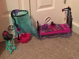 Monster High shower and bed set with accessories