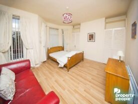 BEAUTIFUL LARGE ROOM ON ORMEAU ROAD FOR JUST £375!! ALL BILLS INCLUDED!!