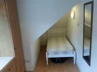 Lovely Single Loft Room - 10 mins walk to Ealing Broadway, 2 mins to North Ealing