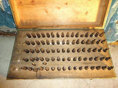 Kiste mit 82 alten Schlag -Zahlen -Buchstaben