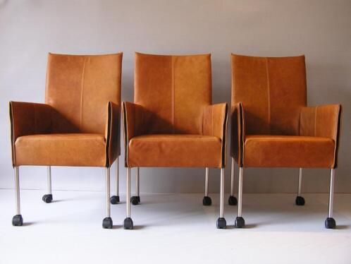 Leren eetkamerstoelen met wieltjes armleuningen rvs poten Leren eetkamerstoelen met armleuning en wieltjes