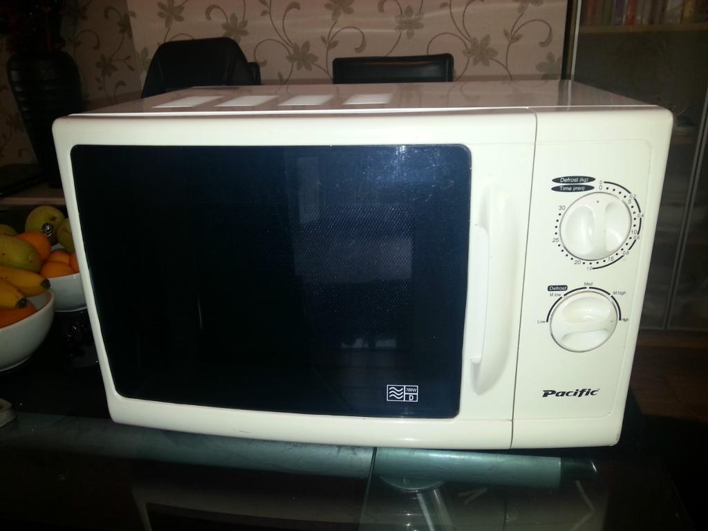 700W Pacific Microwave Oven   white   usedUsed White Microwave