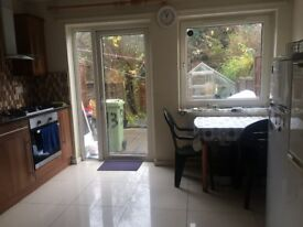 NEATH HILL LARGE DOUBLE ROOM TO LET