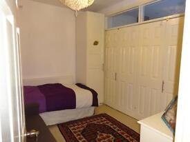 Studio flat in Hale Grove Gardens, Mill Hill