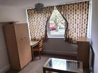 Huge DOUBLE/twin room available in Roehampton...£160 pw (bills inc)