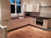 3 bedroom flat in Tooting Broadway, London, SW17 (3 bed) (#1122407)