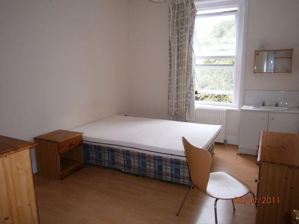 Large Double room in a Beautiful House with Garden + All Bills Included !!! Available Now !!!