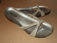 """**KENNETH COLE """"REACTION"""" SILVER SANDALS** SIZE 5/6"""