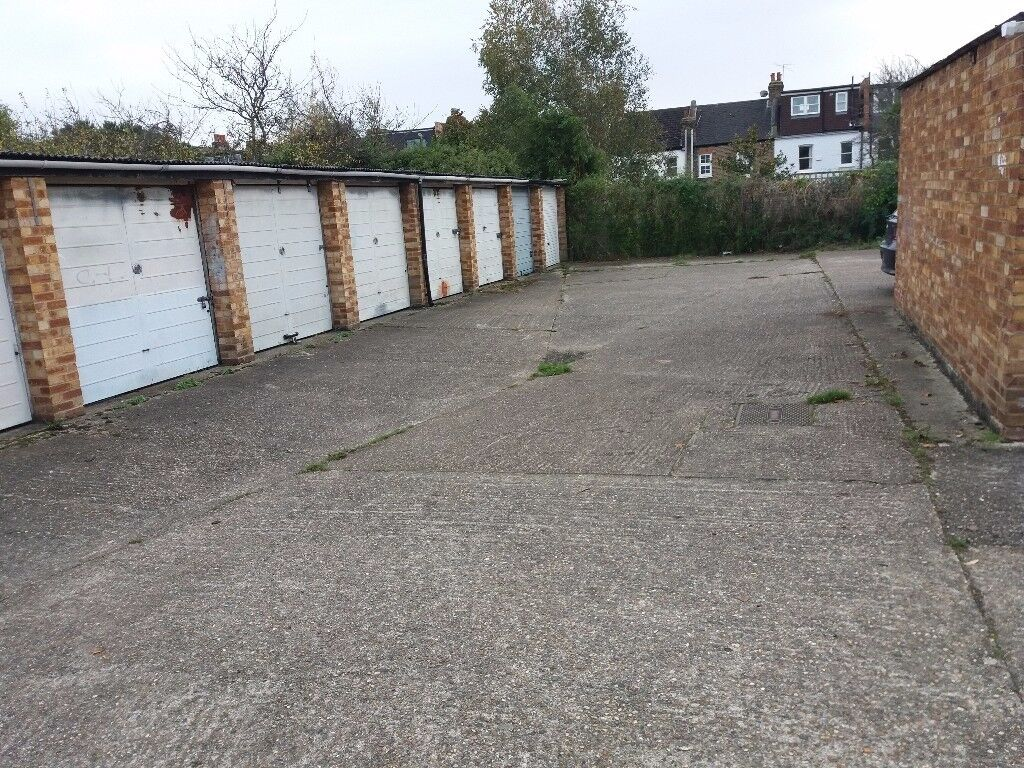 Wimbledon LOCK-UP GARAGE TO LET. CLOSE TOWN CENTRE AND HAYDONS ROAD STATION.IDEAL CLASSIC CAR.