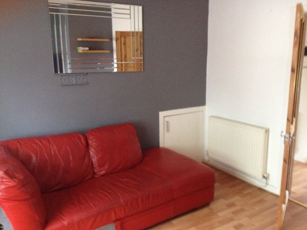 1 bedroom flat in Coatbridge, central location.Close to train station access to Glasgow.