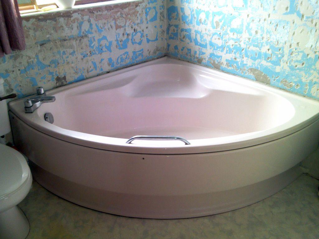 Pink bathroom suite - Retro Pink Bathroom Suite Basin Toilet And Large Corner Bath