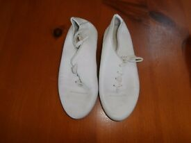 Girls modern / jazz shoes. White in colour size 12. Good condition.