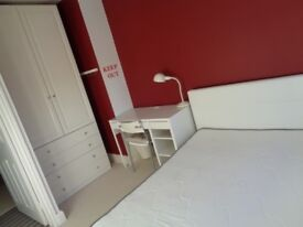 Double room in clean and quiet house. £400 pm including bills. Suit non-smoker