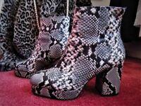 Super-stylish snake-print plateau ankle boots - size 8