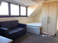 Top Floor Studio Flat In Winchmore Hill, N21, Great Location, Local Shops and Train Station