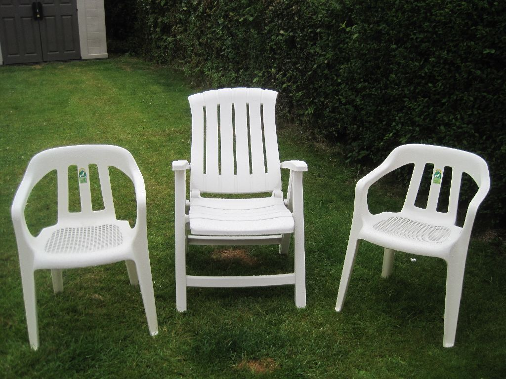 LOT OF 3 GARDEN PATIO CHAIRS 2 WHITE STANDARD HARD PLASTIC CHAIRS ONE LAY