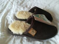 UGG slippers choc brown. New. Size 3-5 New.